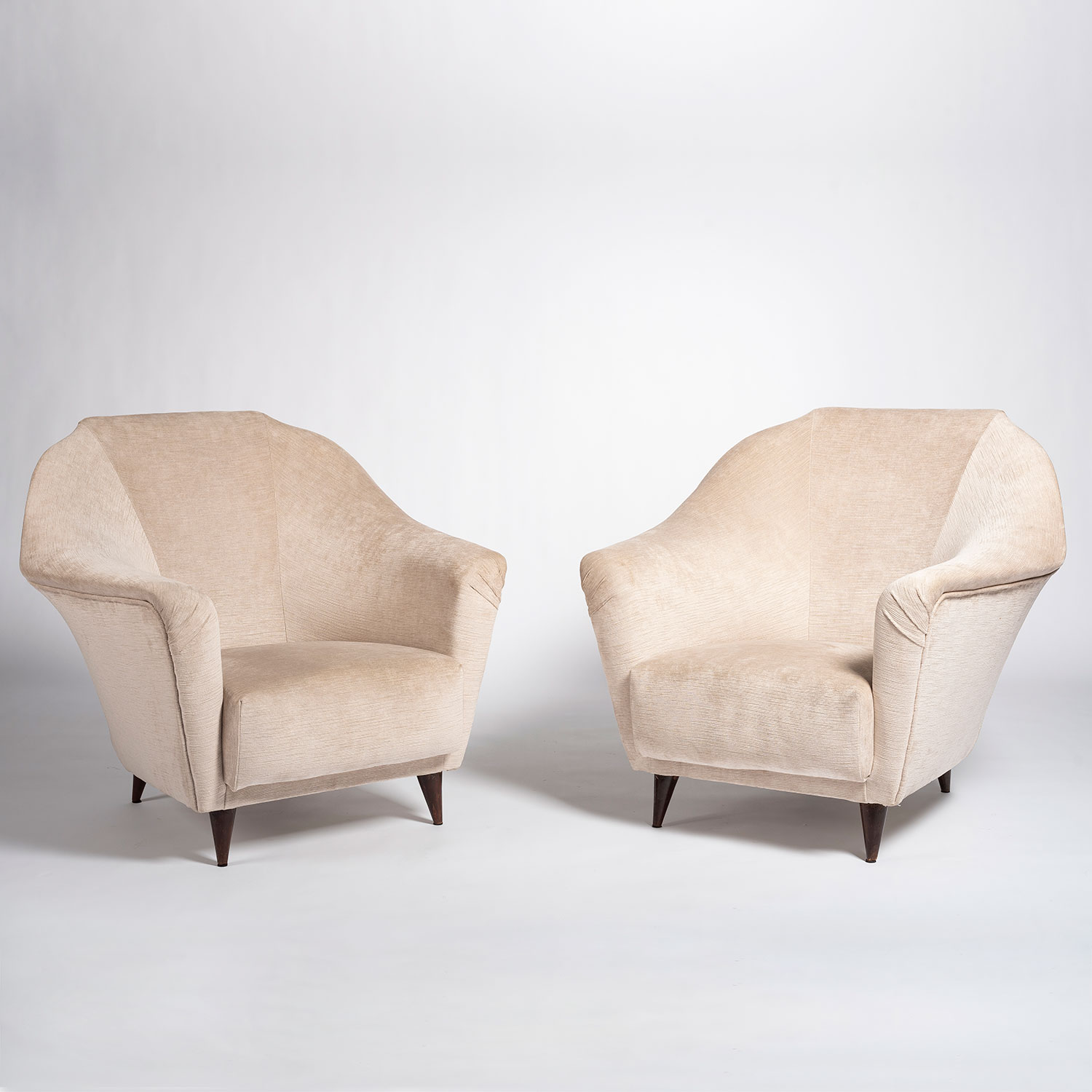 Front view of Ico Parisi white armchairs