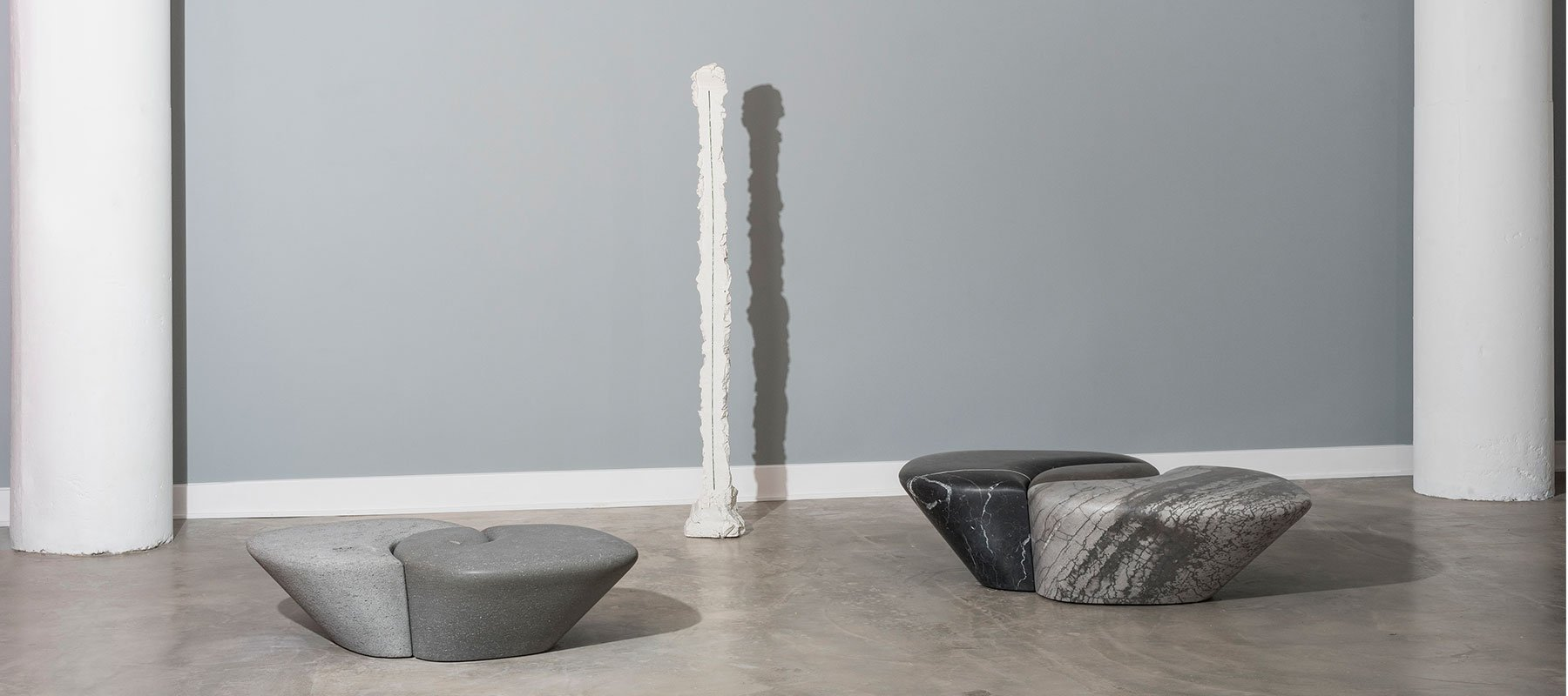Intravedo sculpture by Paolo Icaro and two marble benches by Philippe Nigro at Casati Gallery